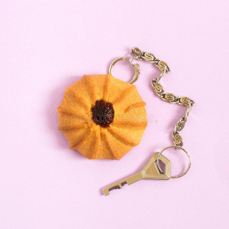 创造性的想法:作为keychain的一种油脂含量较高的酥饼与钥匙 图库摄影