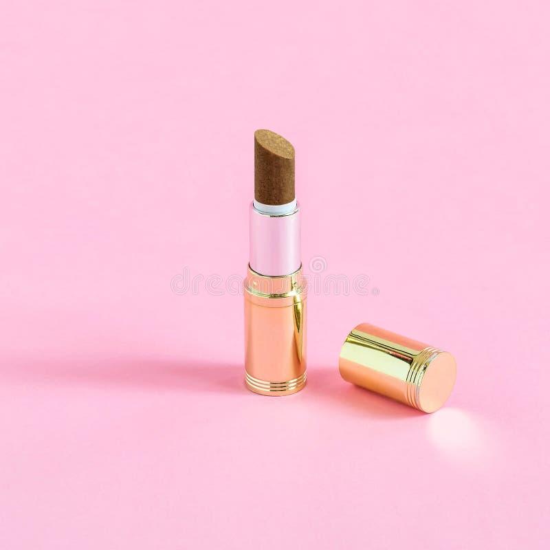 创造性的想法:唇膏和巧克力糖管与坚果 库存照片