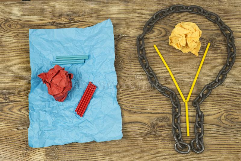 创造性的想法 链子以电灯泡的形式 想法和创新的概念与纸球 库存照片