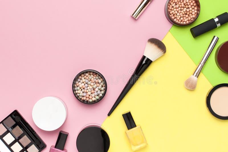 创造性的时尚背景 设置装饰化妆用品染睫毛油眼影膏脸红在五颜六色的构成刷子的粉末唇膏 图库摄影