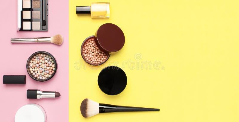 创造性的时尚背景 设置装饰化妆用品染睫毛油眼影膏脸红在五颜六色的构成刷子的粉末唇膏 库存照片