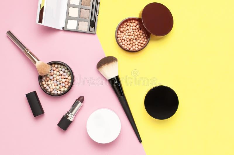 创造性的时尚背景 设置装饰化妆用品染睫毛油眼影膏脸红在五颜六色的构成刷子的粉末唇膏 免版税库存照片
