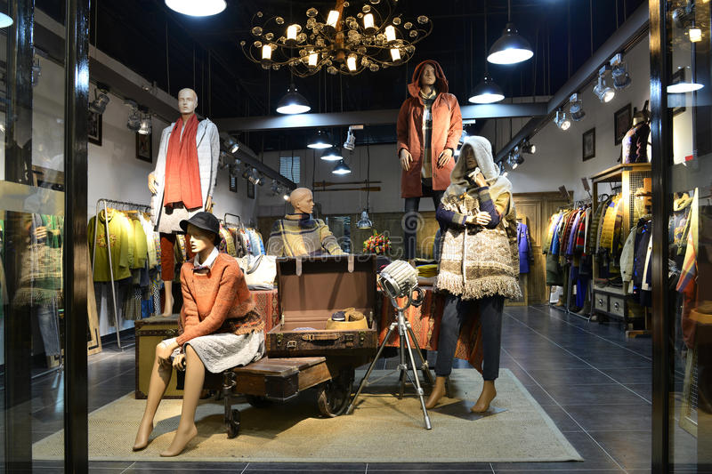 创造性的时装模特样式在衣物商店 库存照片