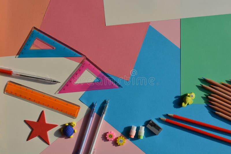 创造性的概念,回到学校 在书桌上的平的被放置的项目 图库摄影