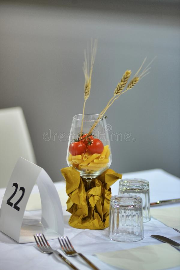 创造性的玻璃焦点在餐馆桌里 库存图片