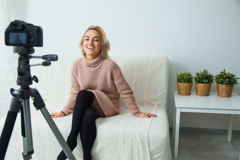 创造性的社会媒介网络的年轻女人记录的录影博克 免版税图库摄影