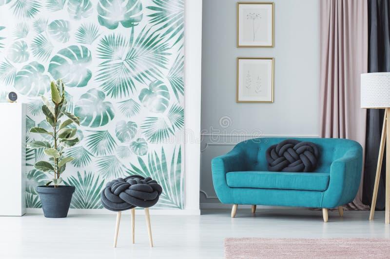 创造性的结枕头凳子 免版税图库摄影