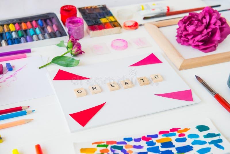 创造性的艺术家工作场所的侧视图关闭 空白的帆布与创造词绘的供应字法、品种和牡丹 免版税库存图片