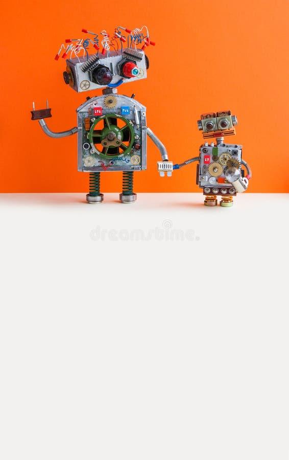 创造性的设计机器人家庭 大机器人电线发型,插座胳膊 有电灯泡玩具的小孩子靠机械装置维持生命的人 库存照片