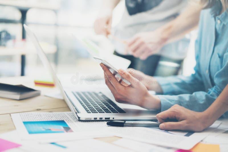 创造性的队coworking的项目 照片年轻业务经理与新的起动一起使用在现代顶楼 分析报告,计划 Noteb 免版税库存图片