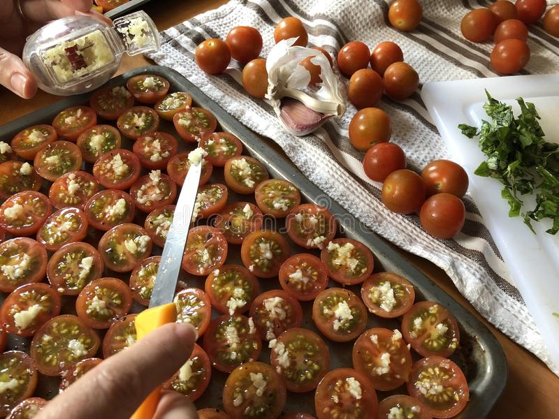 创造性的食物摄影 妇女蕃茄为烤做准备 库存图片