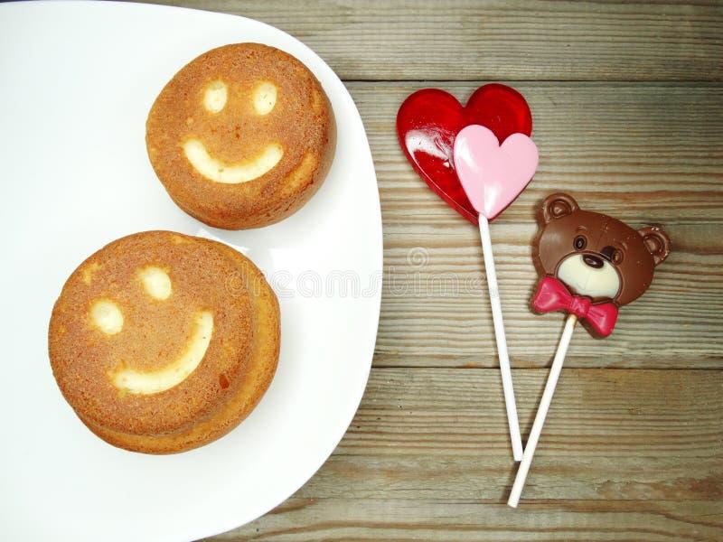 创造性的食物蛋糕和棒棒糖心脏为华伦泰` s天 库存照片
