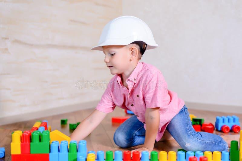 创造性的年轻男孩坐的认为 免版税库存照片