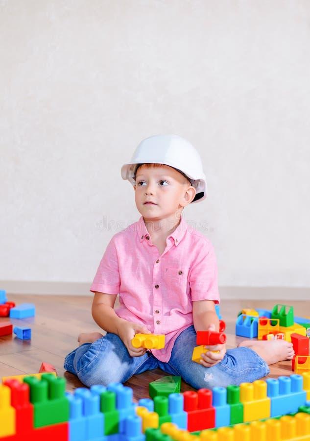 创造性的年轻男孩坐的认为 免版税库存图片
