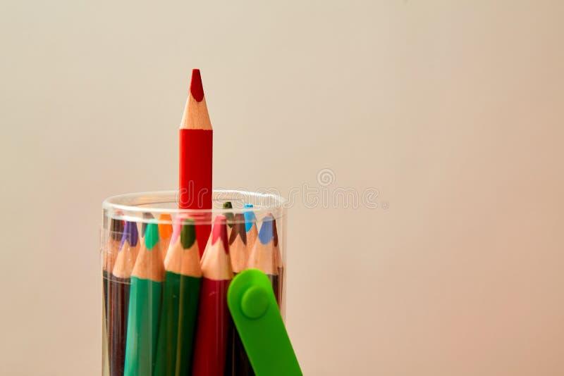 创造性,明亮的想法和创新或者启发概念 黏附在组装外面的色的铅笔 库存照片
