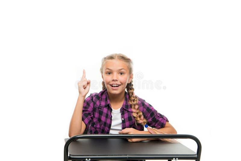 创造想法 保留手指的愉快的小女孩在白色上升了隔绝 微笑有明亮的想法的小孩 想法或 免版税库存照片