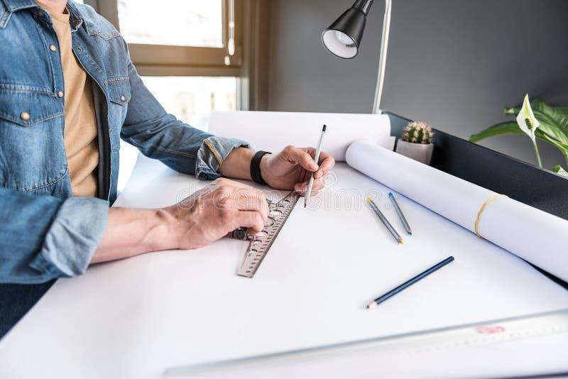 创造新的剪影的经理在纸 库存照片