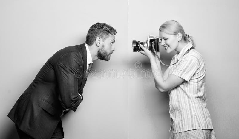 创造时尚神色 时尚射击在照相馆 摆在女性摄影师前面的商人 库存图片