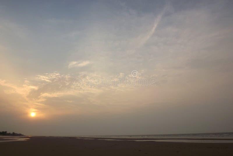 创造条纹和样式的朝阳在天空 库存照片