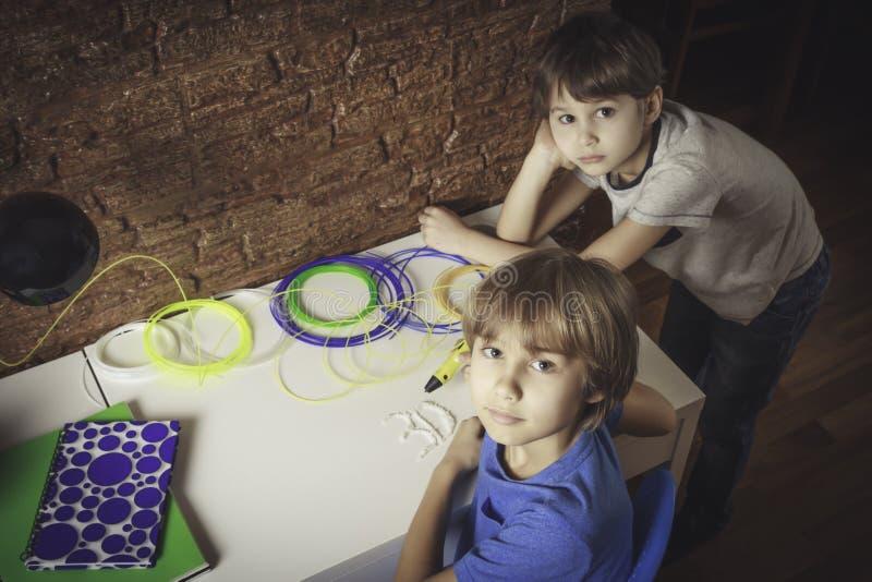 创造用3D打印笔的孩子 做新的项目的一个男孩 创造性,技术,休闲,教育概念 库存照片