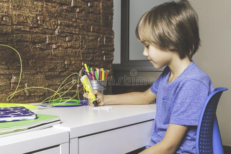 创造用3D打印笔的孩子 做新的项目的男孩 创造性,技术,休闲,教育概念 免版税库存照片