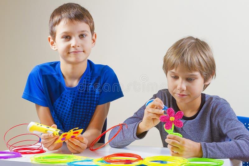 创造用3D打印笔的孩子 免版税库存图片