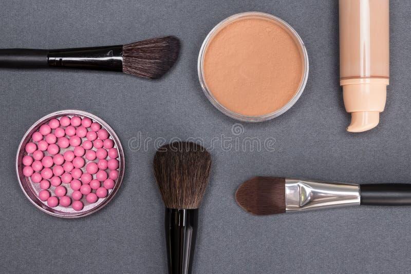 创造美丽的脸色的基本的构成产品 免版税库存图片
