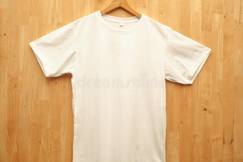 删去垂悬在木墙壁,在前后侧视图上的白色TBlank白色T恤Mo衬衣大模型 准备替换您的设计 免版税库存照片