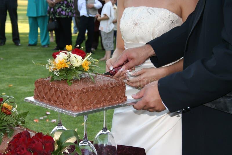 Download 删去 库存图片. 图片 包括有 丈夫, 剪切, 结婚, 愉快, 布赖恩, 妻子, 刀子, 婚礼, 玫瑰, 一起 - 300121