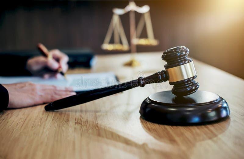 判断有正义律师、女实业家衣服的或lawye的惊堂木 免版税库存照片