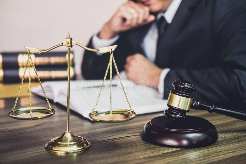 判断有正义律师的在木桌上的惊堂木,惊堂木和Coun 免版税库存照片