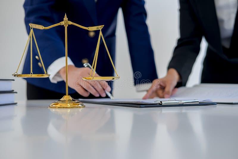 判断有正义律师的惊堂木开队会议在律师事务所 免版税图库摄影