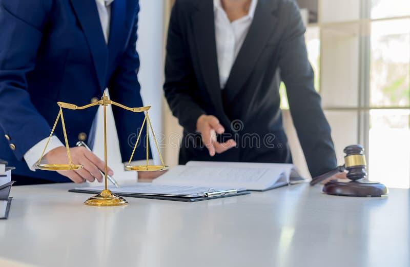 判断有正义律师的惊堂木开队会议在律师事务所 免版税库存照片