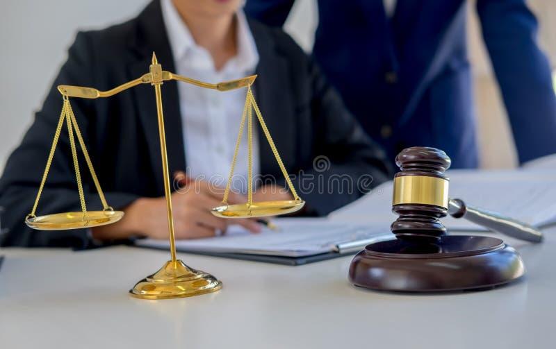 判断有正义律师的惊堂木开队会议在律师事务所 库存图片
