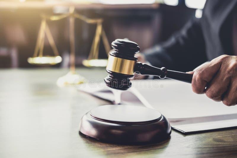 判断有正义律师的惊堂木,在木桌和工作在文件的顾问或男性律师上的惊堂木 法律法律,忠告和 库存照片