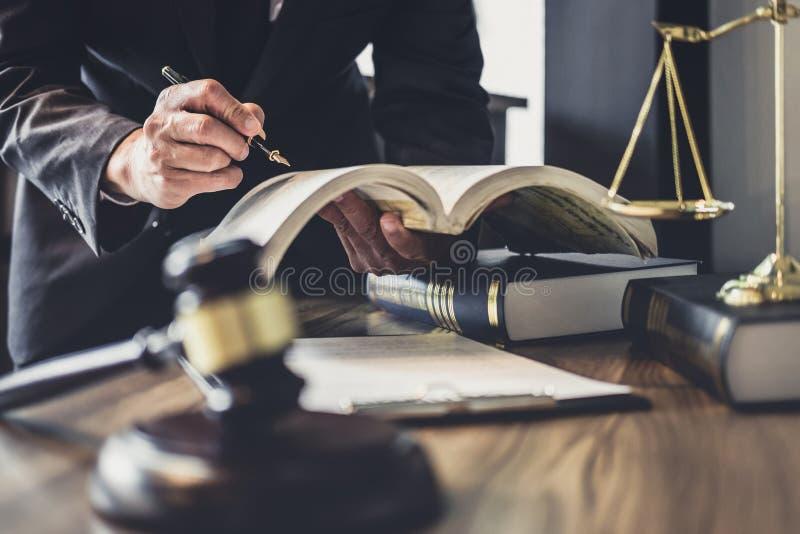 判断有正义律师,律师或法官顾问的惊堂木与在法庭、正义和法律概念的协议合同一起使用 免版税库存照片