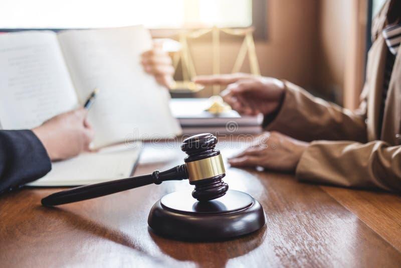 判断有正义,女实业家和男性lawye标度的惊堂木  免版税库存图片
