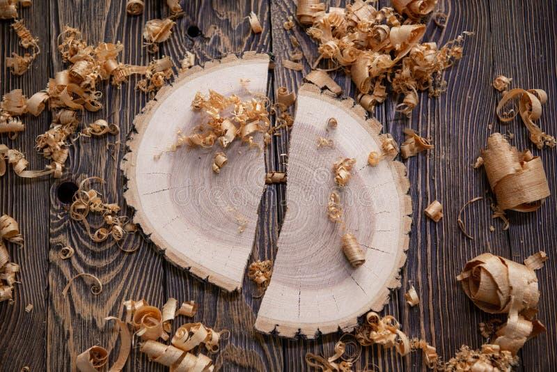 刨花和苍白的树横断面木匠的工作凳关闭的:木材加工和木匠业概念 库存图片
