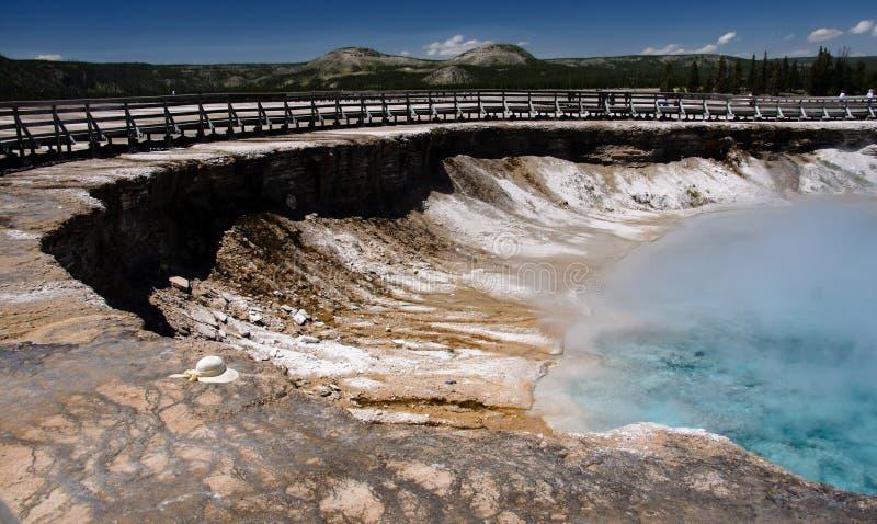 细刨花喷泉火山口在黄石 免版税库存照片