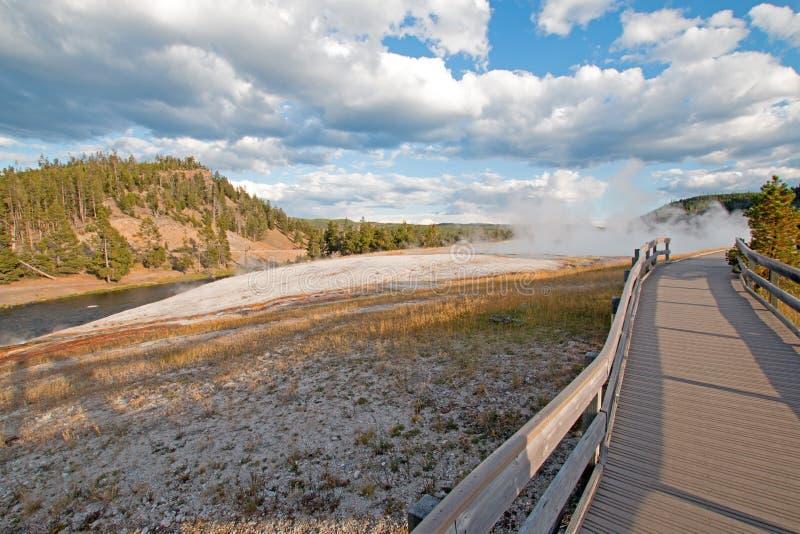细刨花在中途喷泉水池的喷泉走道在Firehole河旁边在黄石国家公园在怀俄明 库存图片