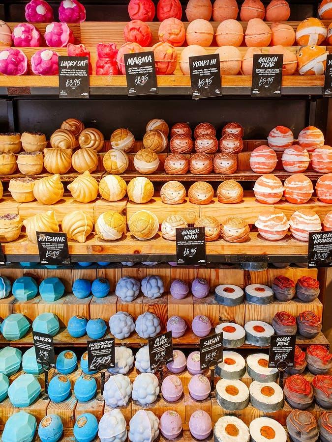 利兹,英国- 2019年6月1日:醉汉在利兹卖各种各样的非常五颜六色的浴炸弹的市中心 免版税库存图片