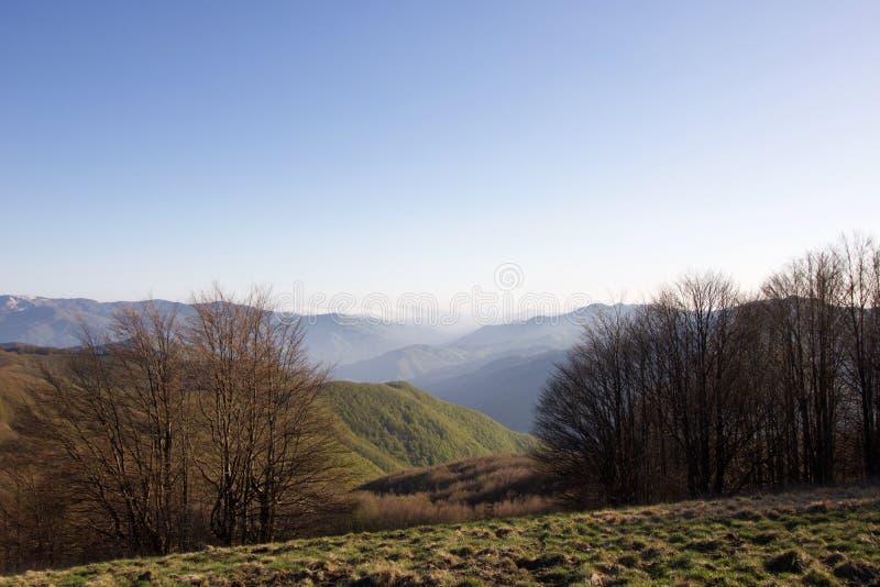 利古里亚亚平宁山脉风景日落的在春天 免版税库存图片