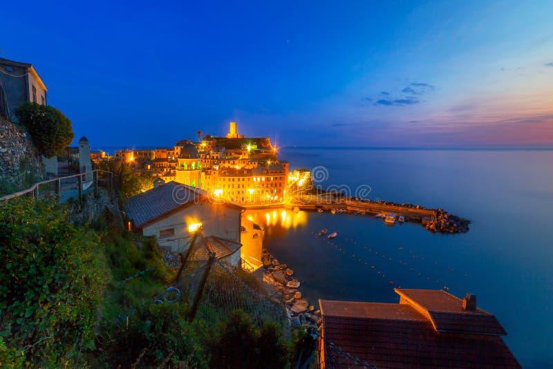 利古里亚海海岸的韦尔纳扎镇  库存照片