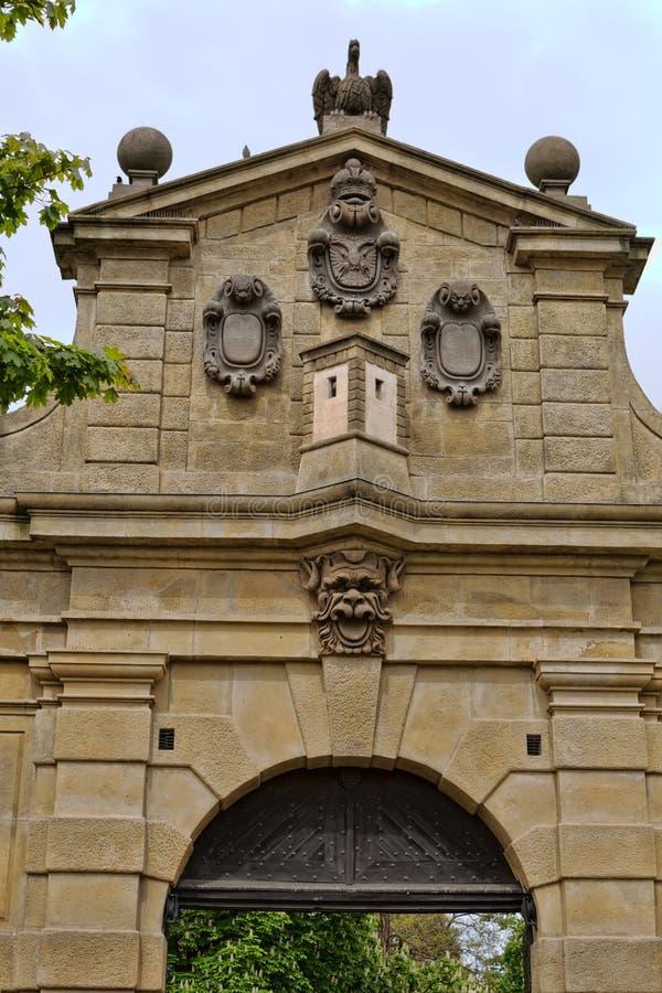 利奥波德门,对堡垒Vysehrad,被建立的betwe的入口 免版税库存图片