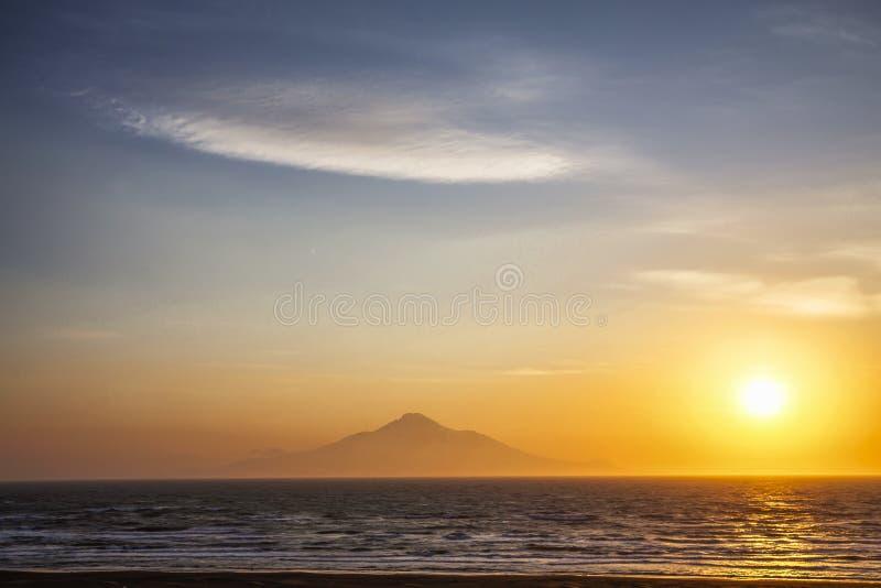 利尻岛和山日落视图在北海道,日本 免版税库存图片