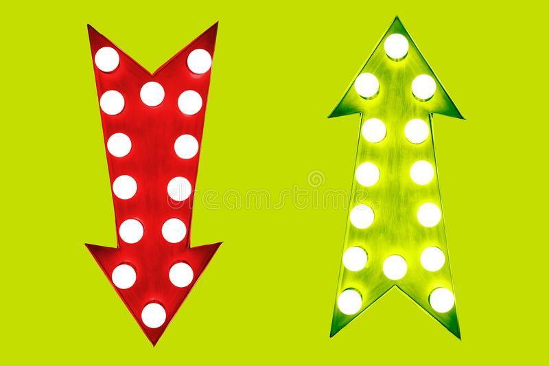 利弊葡萄酒减速火箭的箭头的下来红色和绿色照亮与在绿色背景的电灯泡 皇族释放例证