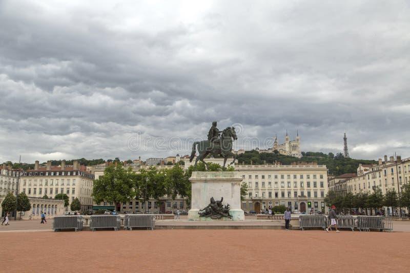 利昂,法国- 2018年6月11日:看法有路易十四一个古铜色骑马雕象的Bellecour广场在中心,1825 利昂地方 免版税库存图片