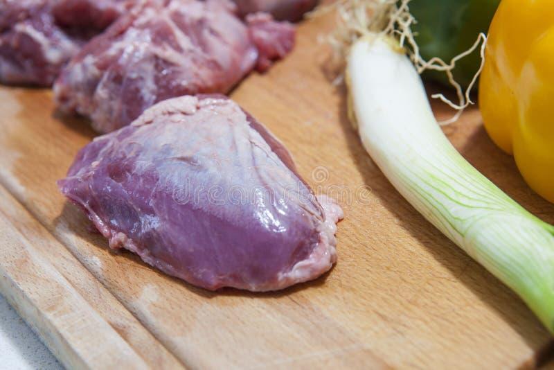 利比亚猪肉面颊片断与菜的 免版税库存图片