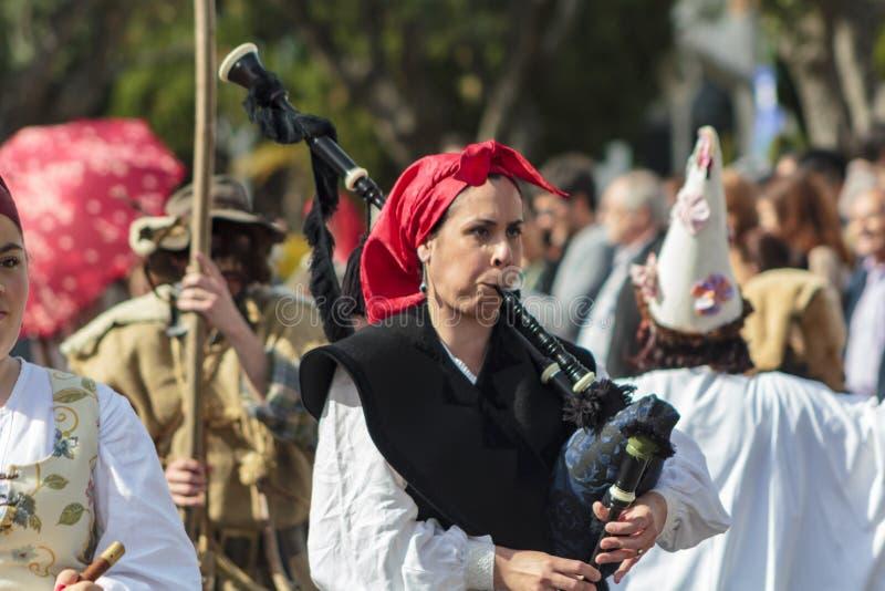 利比亚面具节日游行在里斯本 库存图片