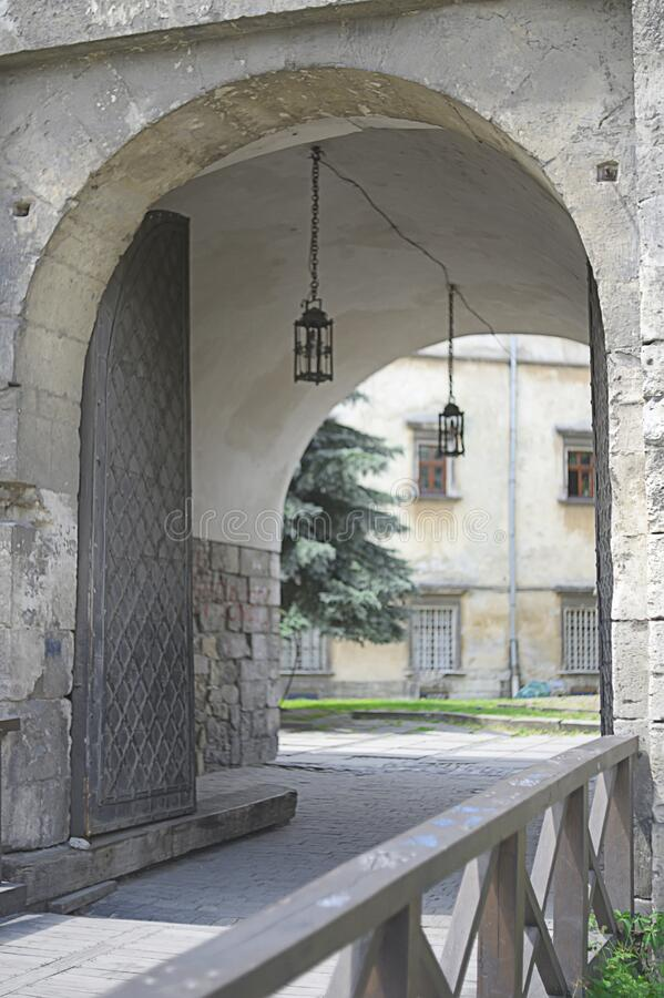 利沃夫历史悠久的石楼入口 免版税库存照片